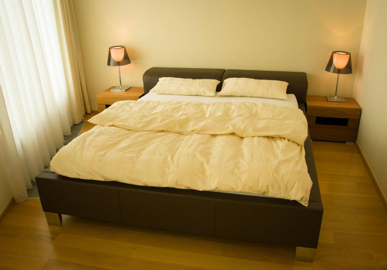 """Ložnice a její """"těžká"""" postel. Hülsta."""