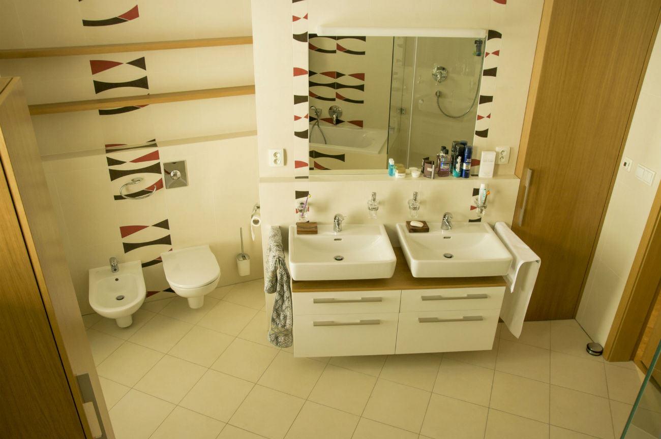 Koupelna. Nábytek je autorský návrh, dub dýha.