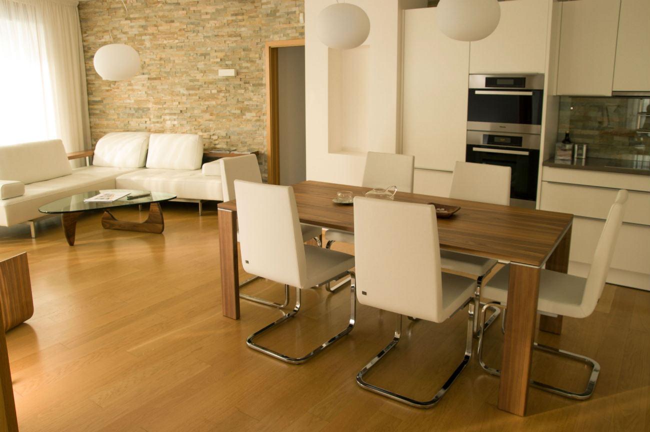 Kuchyně a obývací pokoj. Stůl a židle Rolf Benz.