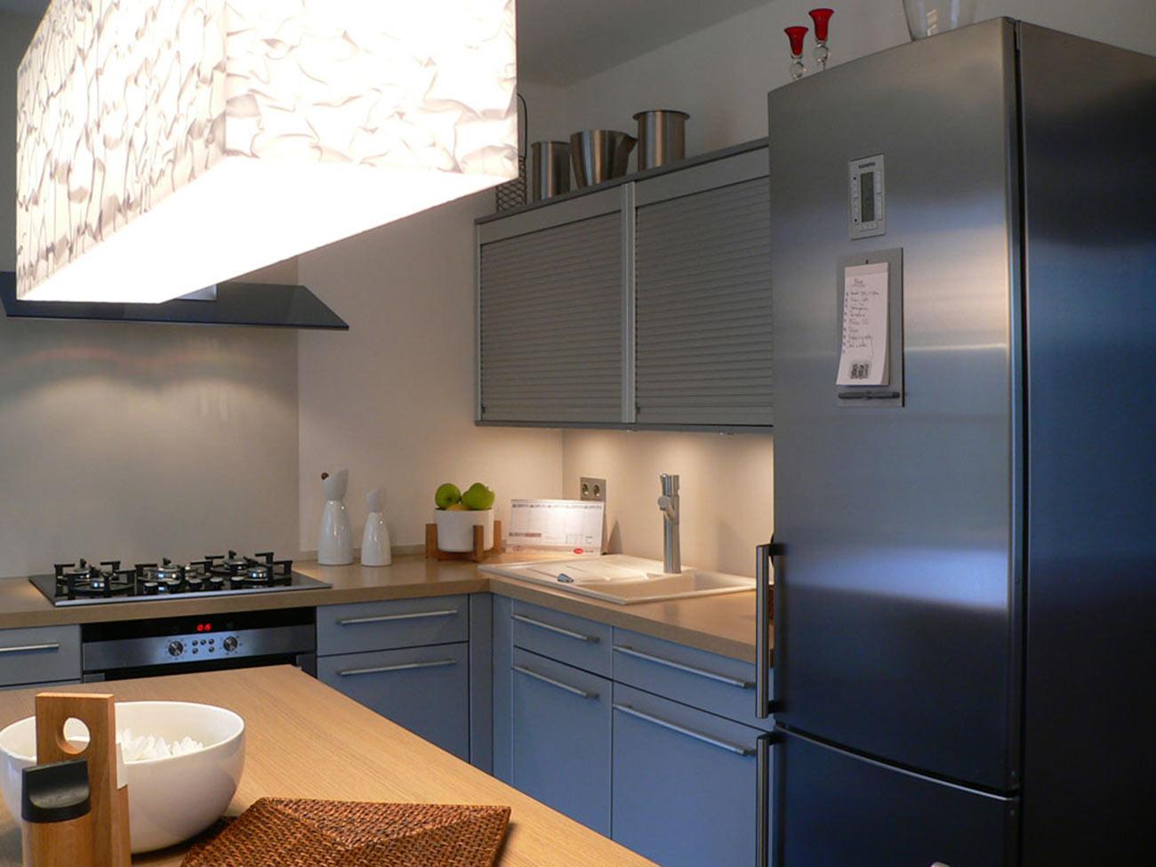 Jednoduchá a velmi střídmá kuchyňská linka.