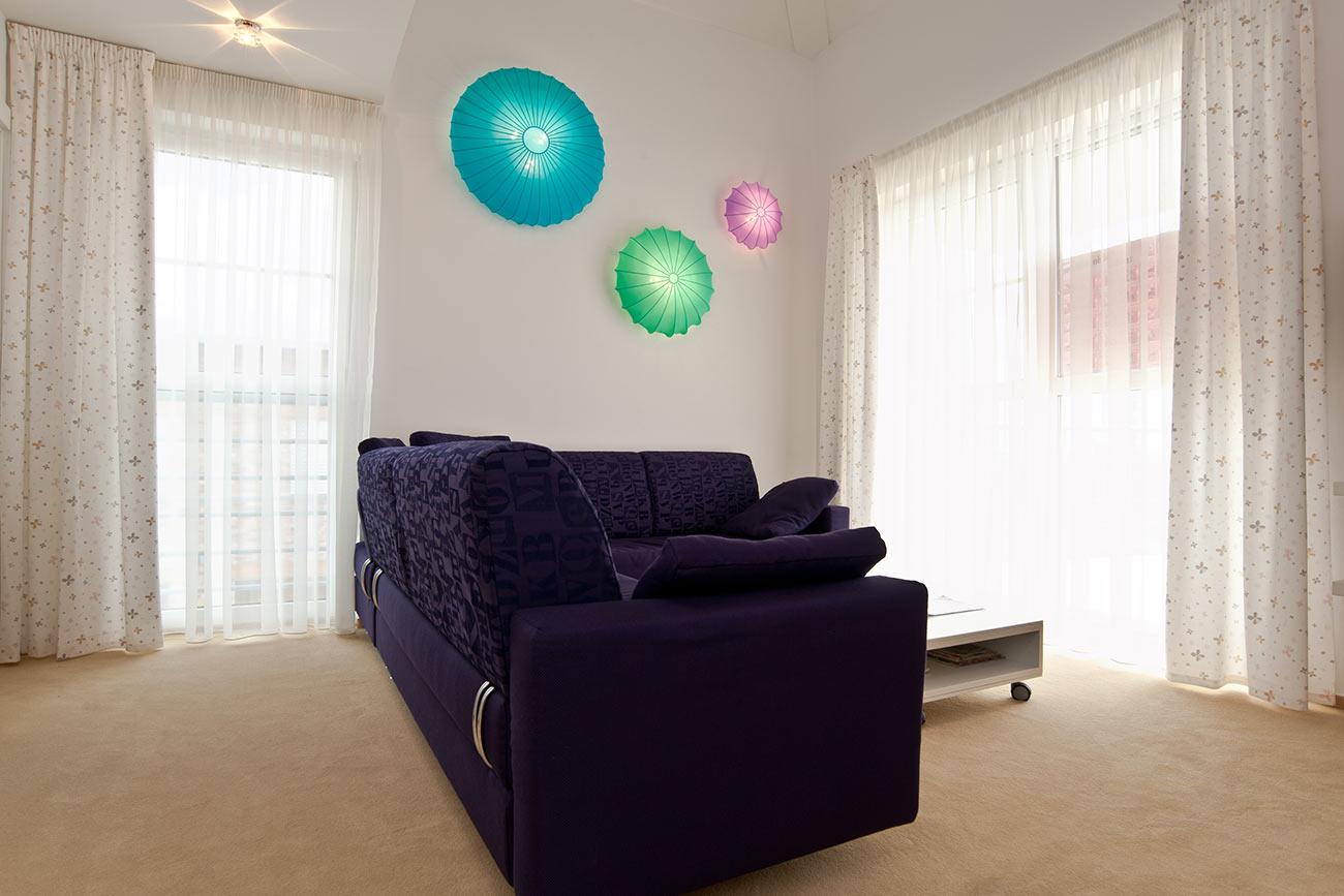 Pokoj pro hosty v prostoru a barvě.