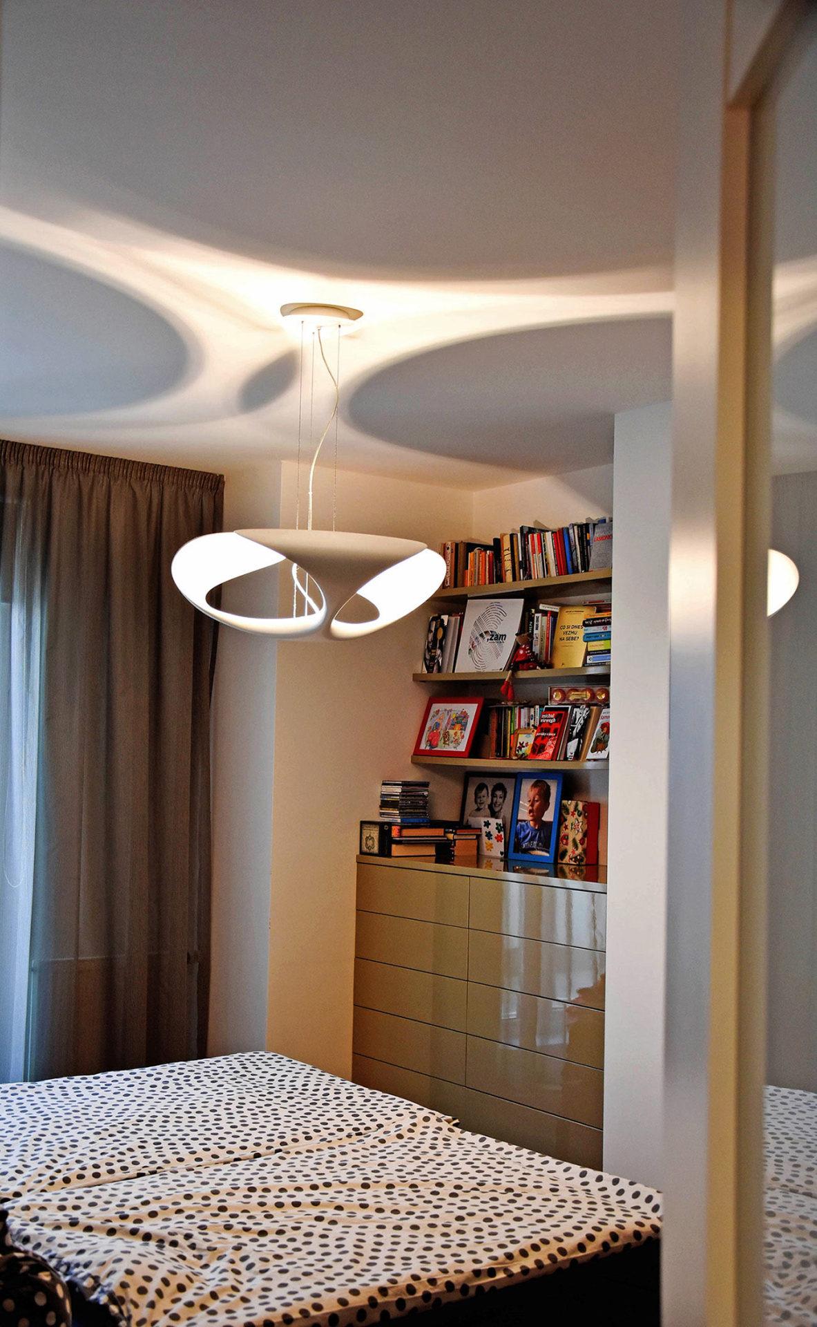 Pohled do ložnice a světlo Clover-Hagos.