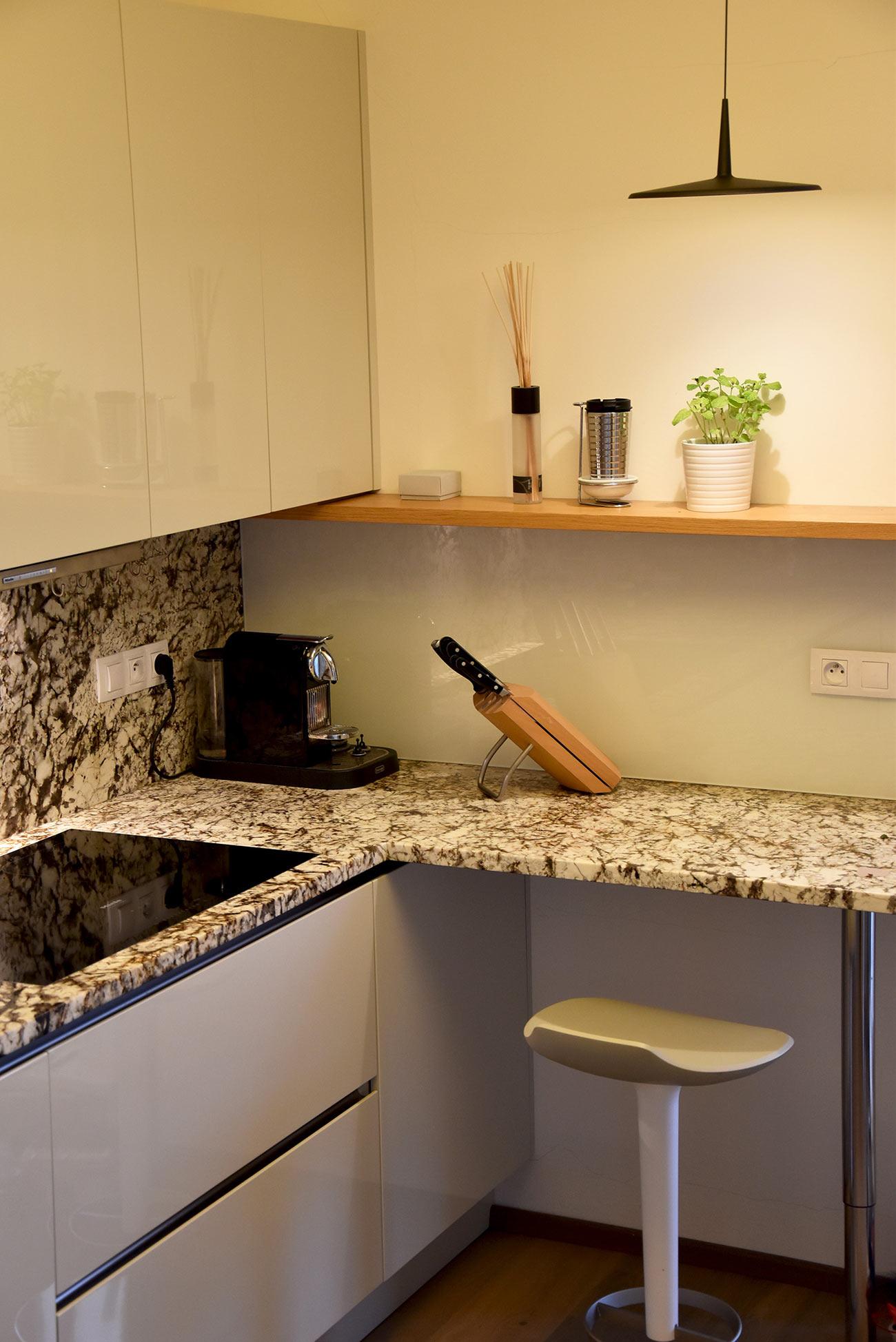 Kuchyňská linka, lak, dřevo, sklo a kámen.