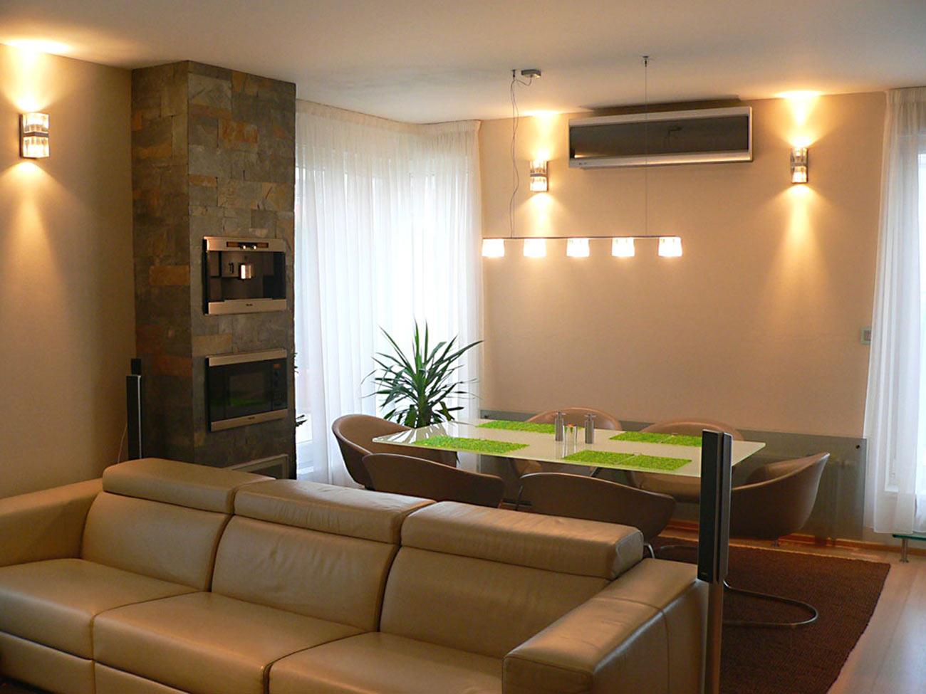 Obývací pokoj s jídelním stolem.