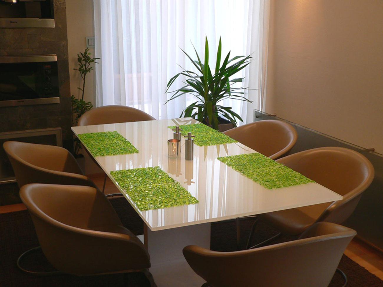 Jídelní stůl a židle italské firmy Arper.