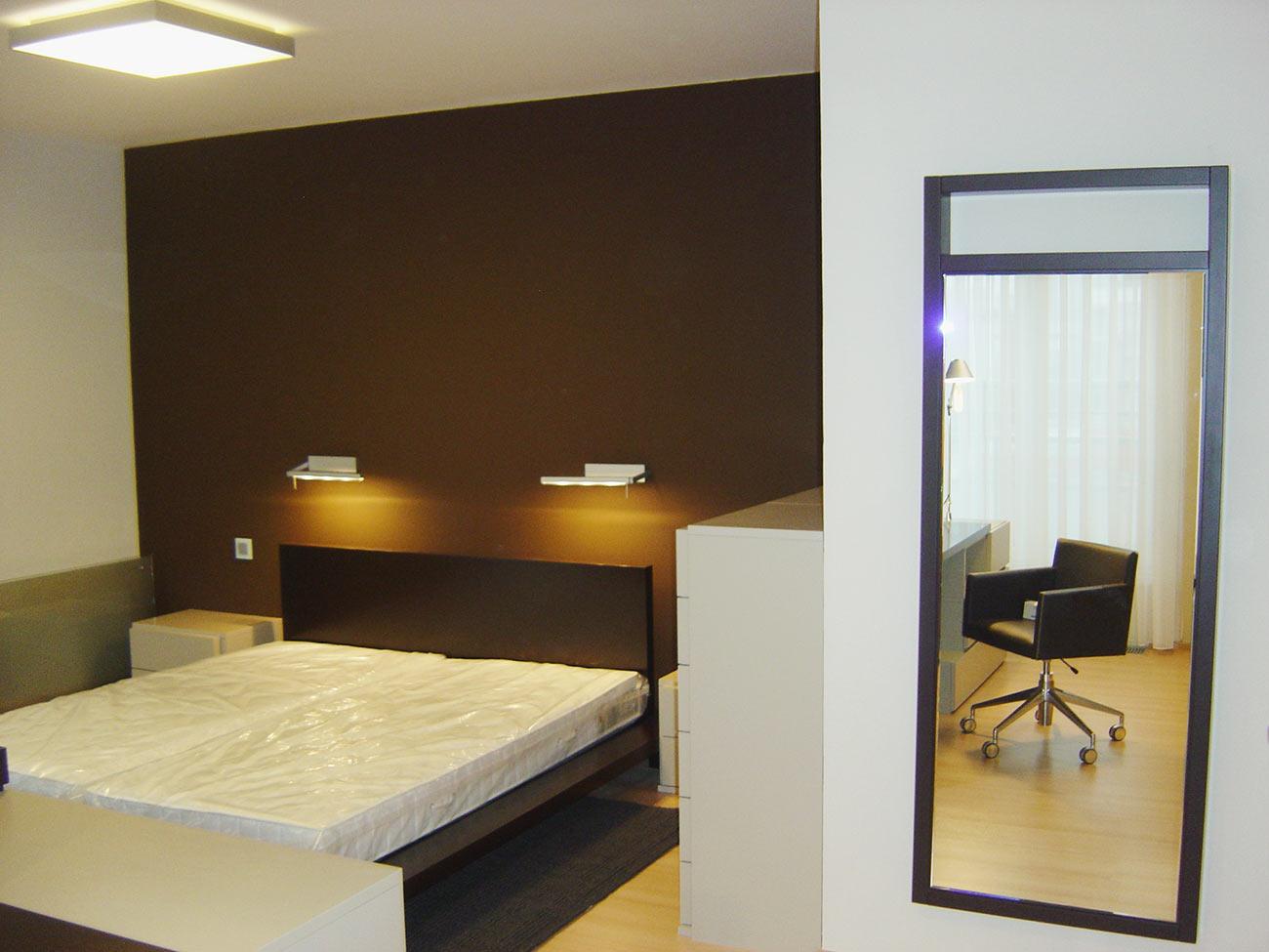 Ložnice a postel od italské firmy Zanette.